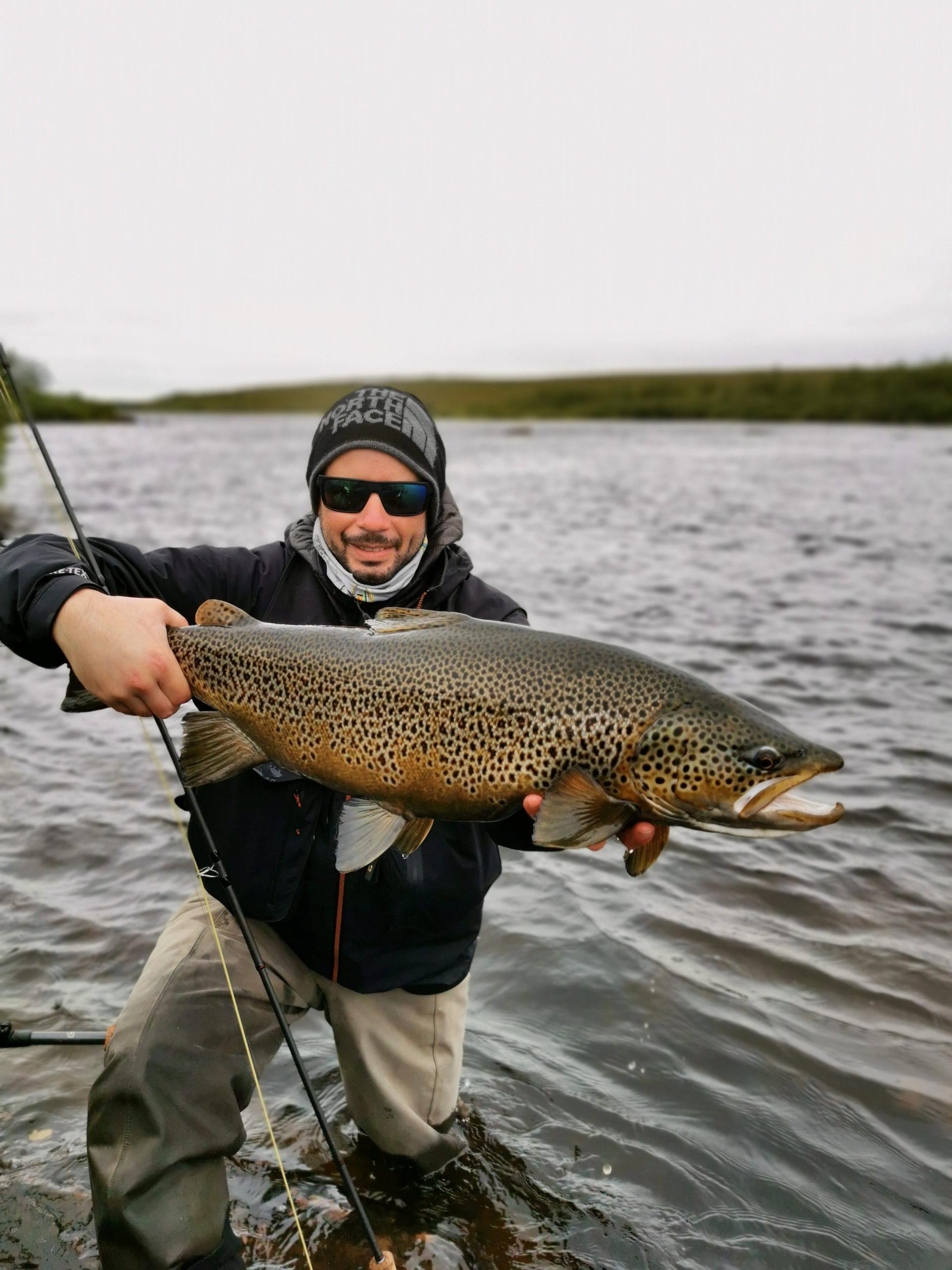 Robin mit seiner neuen PB und dem grössten Fisch des Trips. 5kg!!!