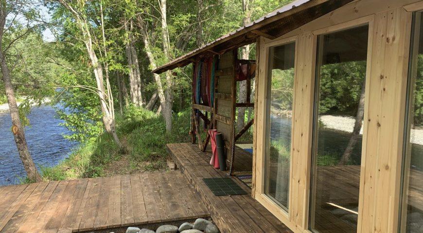 Russland-Kamchatka-Icha-River-Camp-Cabin-Fluss